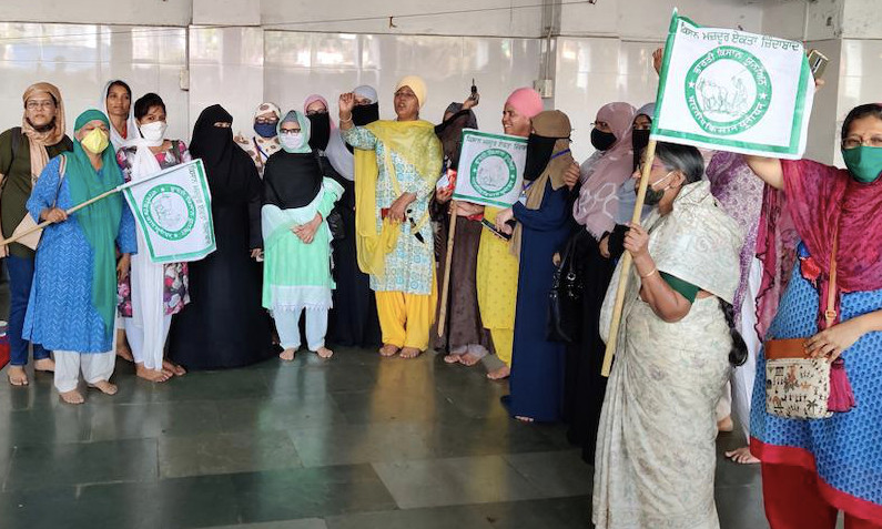 Participants_shouting slogans_at_meeting_in_Thane
